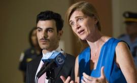 L'ambassadrice américaine à l'ONU, Samantha Power, et Subhi Nahas (à gauche), un Syrien ciblé par le groupe État islamique pour son orientation sexuelle