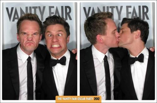 Neil Patrick Harris et son mari David Burtka au photomaton de Vanity Fair_Oscar party 2012